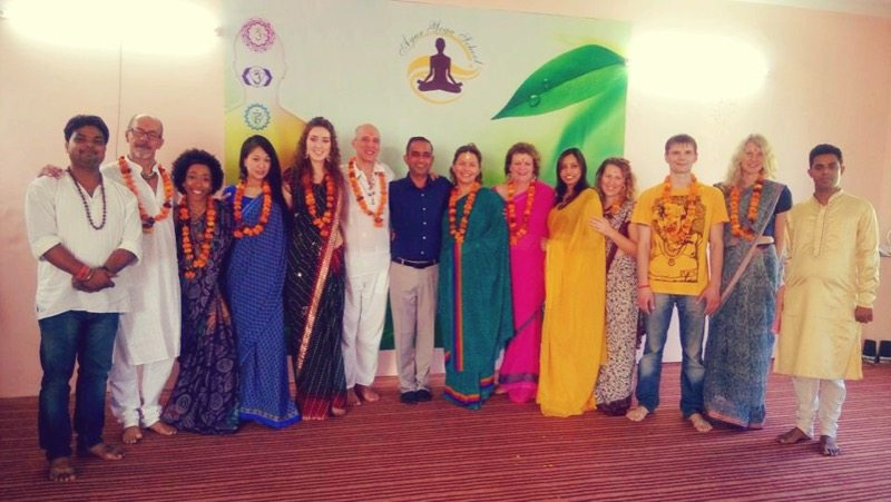 Rishikesh yoga teacher training course group foto